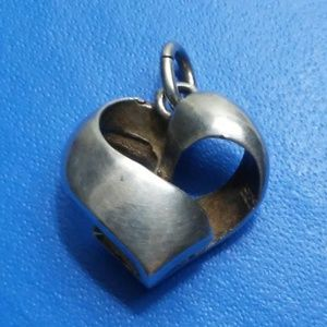 Jewelry - VTG 3D OPEN HEART PENDANT